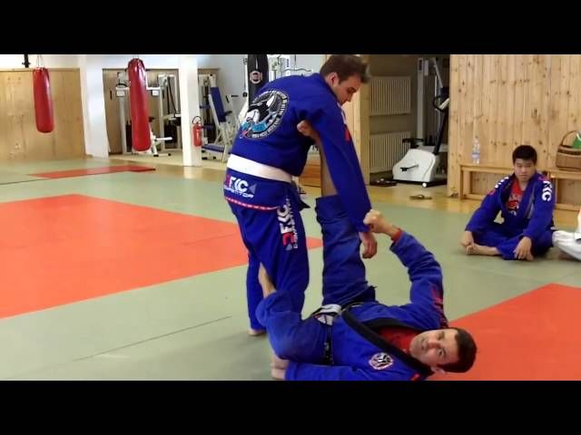 This week Master Ricardo Cavalcanti is in Germany and shows us how to set up a triangle from De La��_