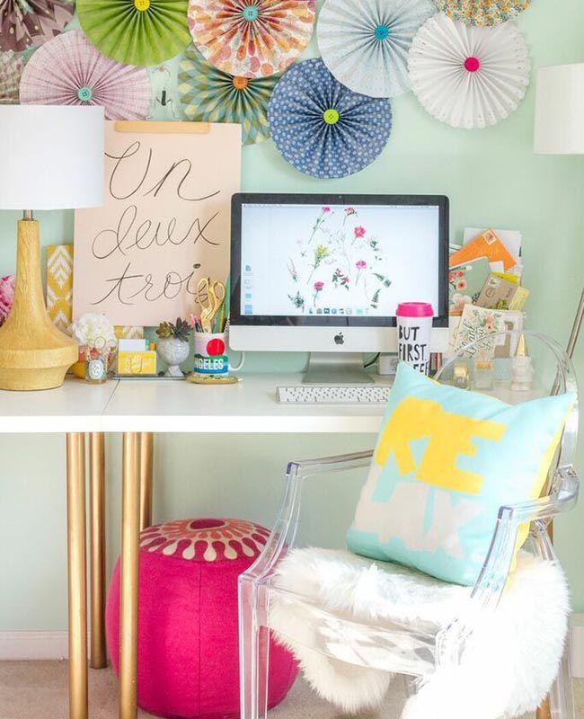 Sillón Ghost en un escritorio colorido e inspirador