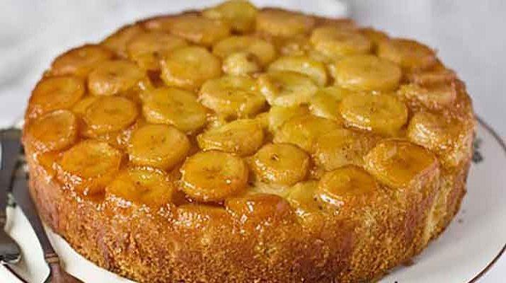 В классическом рецепте используют яблоки. Однако, пирог с бананами намного нежнее, воздушнее и ароматнее. В сочетании с чудесным чаем выпечка прямо тает во рту, даря настоящее наслаждение оригинальным вкусом.