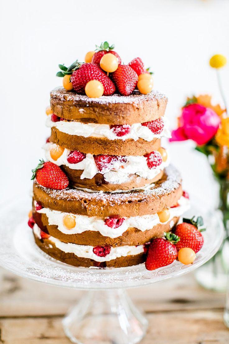 naked cake wedding / Hochzeitstorte Erdbeeren  Fotos: Anja Schneemann Torten & Sweet Table: mundus Blumen: Milles Fleurs Dekoration: pompom your life