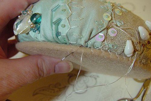 In: Ivory Blush Roses Passo 1 – Inicie com um bloco já trabalhado de cerca de 25 a 30cm de diâmetro (veja que o bordado não segue até a ...