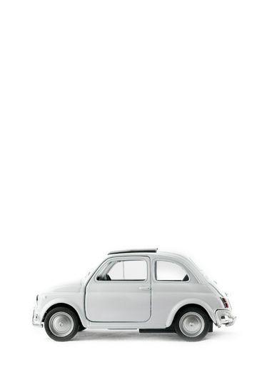 Nieuw in mijn Werk aan de Muur shop: Stilleven auto met klein rood accent