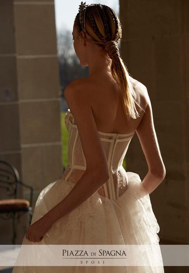 Modello il cui corpetto è un vero e proprio bustino di lingerie, con stecche in raso e un leggero velo. Scopri l'intera collezione 2017 di Vera Wang su http://www.piazzadispagnasposi.it/collezioni/sposa/vera-wang-sposa-2017