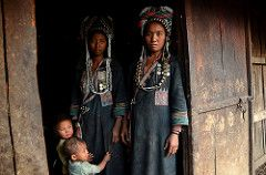 Akha family portrait, Phongsali,Laos | da magbrinik