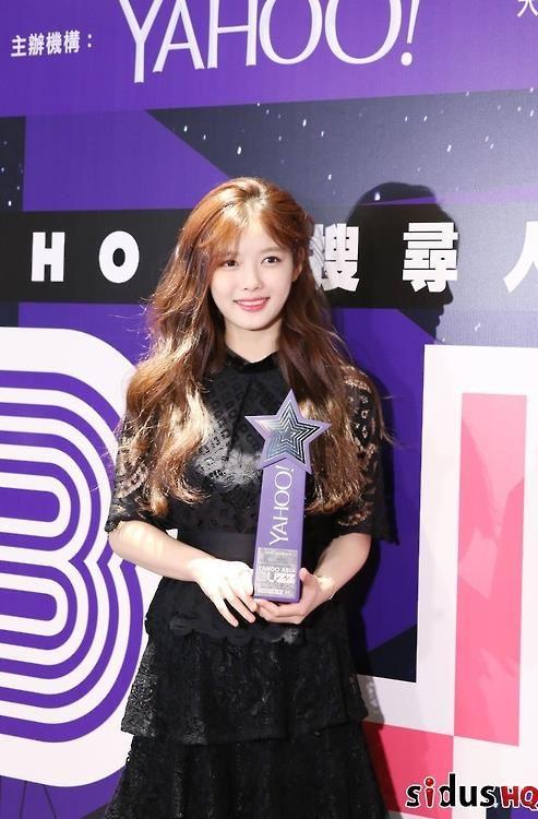 Actress Kim Yoo-jung wins popularity award in Hong Kong