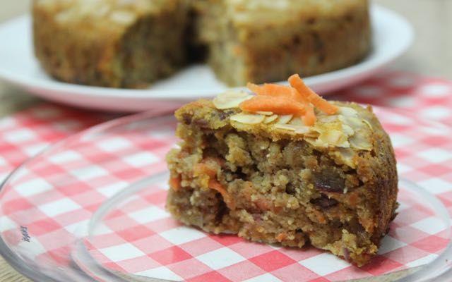 Recept voor worteltaart die natuurlijk is gezoet met dadels en honing. Gemaakt zonder granen, dus glutenvrij.