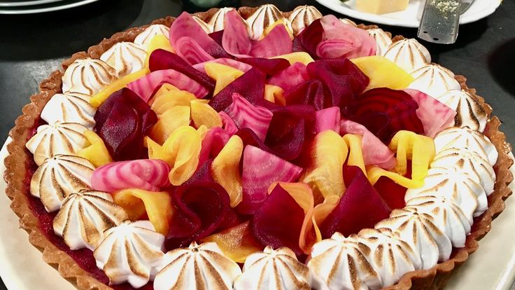 Vacker dessertpaj med citron, rödbetor och italiensk maräng.
