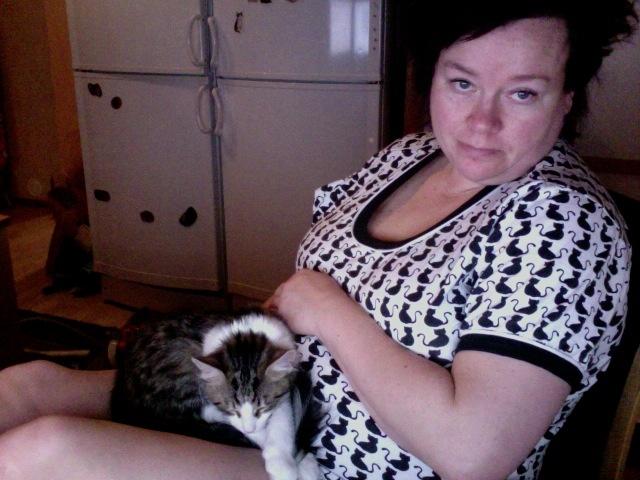Kissayöpaidassa ja kissa sylissä <3
