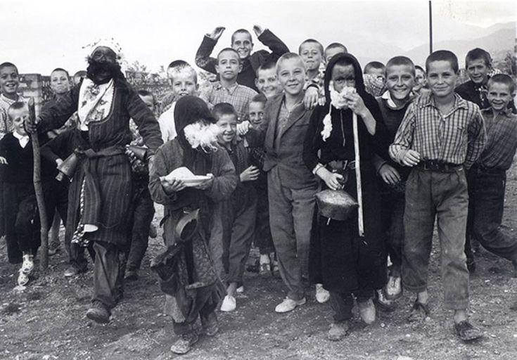 Μεταμφιέσεις Πρωτοχρονιάς  Χαρωπό Σέρρες, 1963 Φωτ.: Γεωργ. Ν. Αικατερινίδης  Φωτογραφικό Αρχείο Κέντρου Ερεύνης της Ελληνικής Λαογραφίας της Ακαδημίας Αθηνών.