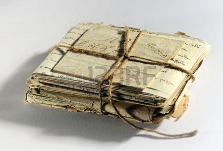 Pila de viejas cartas desgastado edad y correspondencia atadas en un manojo con una cuerda alto ngul Foto de archivo