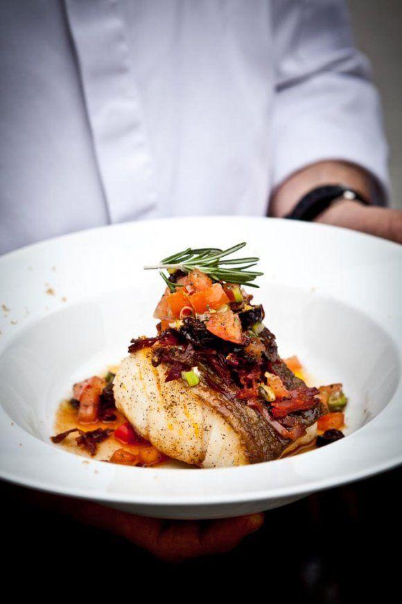 Torskrygg provençal med chorizo och boutargue Ingredienser 800 g torskrygg 200 g paprika 40 g chorizo 40 g svarta oliver 40 g tomater 2 st salladslökar 2 msk balsamvinäger 4 msk...