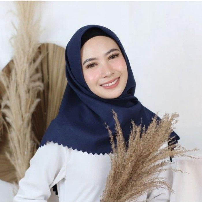 Jilbab Hijab Kerudung Segi Empat Voal Premium Azara Terbaru Cantik Anggun Di 2021 Kerudung Hijab