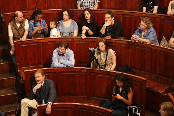 Relatori, organizzatori, e prima fila di pubblico. Photo by Carlo Bessone