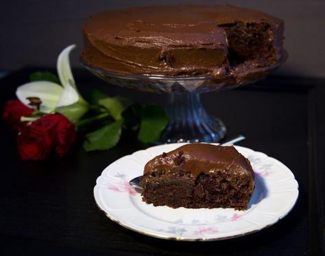 Mastig och sååå god chokladtårta med chokladsmörkräm. En perfekt tårta till chokladälskaren! Ca 14 bitar chokladtårta Chokladtårtan: 4,5 dl mjöl 4,5 dl socker 1,5 dl kakao 2 tsk vaniljsocker 1 msk bakpulver 2 ägg 2 dl mjölk 1 dl solrosolja 1 tsk salt 2 dl kokhett vatten Chokladsmörkräm: 125 g rumsvarmt smör 2,5 dl florsocker 2 msk kakao Ca 2 msk kokhett vatten TIPS! Du kan spackla tårtan med chokladgrädde om du föredrar det, recept hittar du HÄR! Du kan även dela kakan i mitten och fylla…