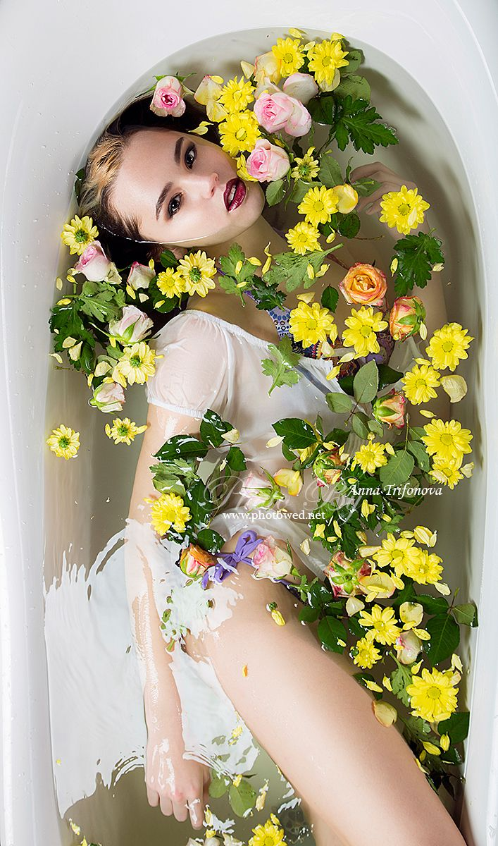 Beautiful women in bath with flower. Sexy beauty girl in water. Профессиональный фотограф. Фотосъемка.