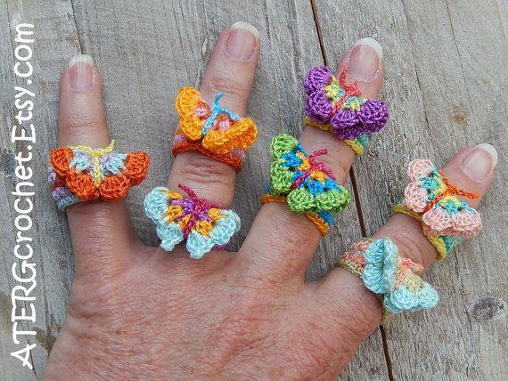 Linda mariposa ganchillo anillo  El anillo está tejido a ganchillo con hilo de algodón 100% en cuatro colores encantadores.  Conveniente para