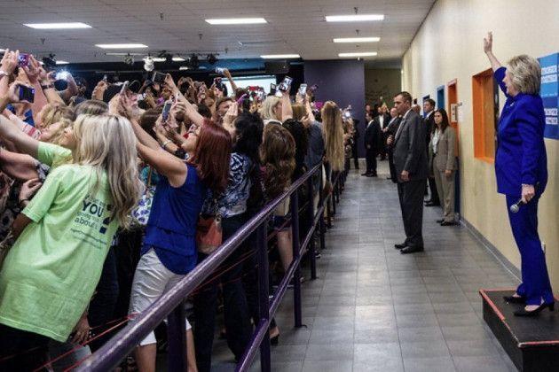 Scena divertente a Orlando, dove i supporter della candidata democratica non la guardano.