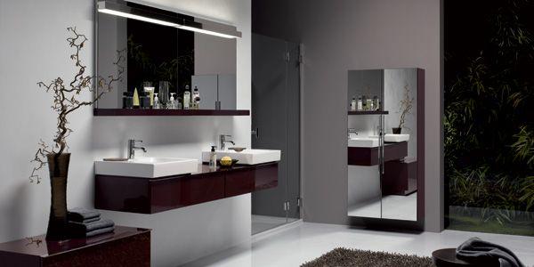 Alles mal zwei: Asymmetrischer Waschtisch mit Dekoschale, Ablage, Spiegel mit Lichtleiste, Spiegelschrank mit Spiegeltür. Entdecken Sie mit iCon neue Spielräume innovativer Raumgestaltung.