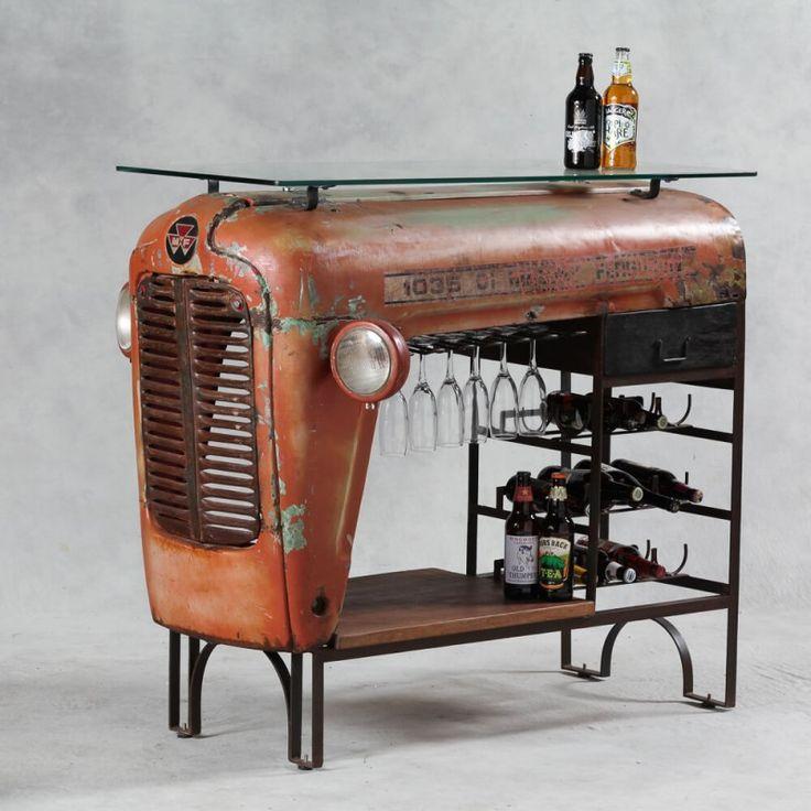 Tractor convertido en mueble bar para el hogar
