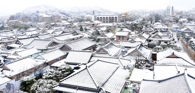 Heavy snow has covered Jeonju Hanok Village in North Jeolla Province in Thursday morning. / Yonhap