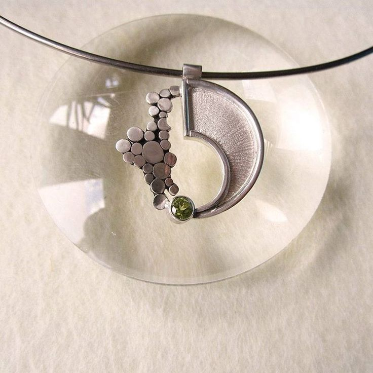 Zilveren hanger met peridoot. Uniek ontwerp van www.karenklein.eu