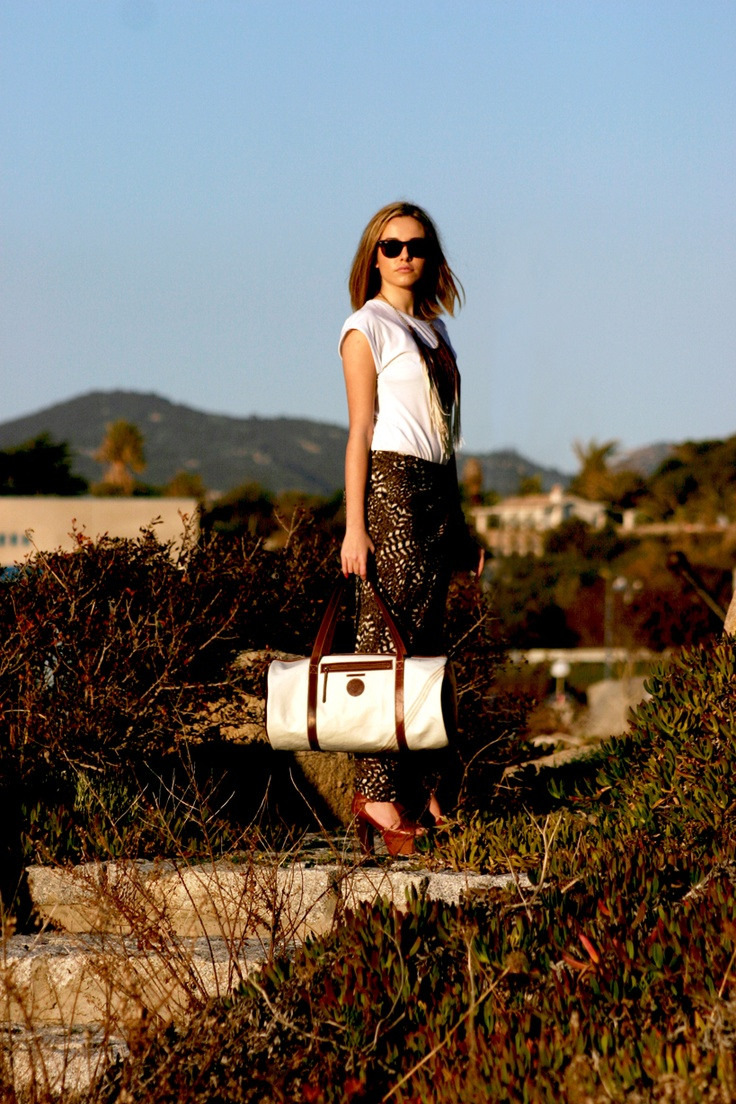 La prima collezione di borse 100% Handmade in Italy, realizzata interamente a mano con vecchie vele usurate e pelli conciate nelle botteghe artigiane della toscana.  info.outlineclothing@gmail.com