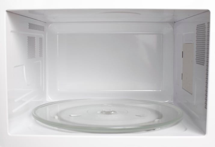 Aqueça uma tigela com água e vinagre por 5 minutos no microondas. O vapor da água vai dissolver todas as manchas.