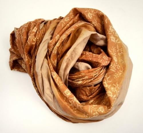 Gyllent, mykt og usedvanlig vakkert er dette skjerfet. 100% silke.  Lengde: 170 cm(infinitymodell)  Bredde: 50 cm  Alle modellene er unike - det finnes kun ett av hver.  Disse skjerfene er laget av resirkulert indisk sari, som har vært båret av en person i mange år. På grunn av dette kan deet forekomme at enkelte av stoffet ha små skader, som et lite hull eller en liten flekk - men jeg har gått over alle og godkjent dem - slik at dette er en del av sjarmen ...  www.farmhousedesign.no