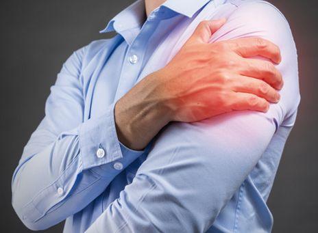 LE SYNDROME DE PARSONAGE-TURNER. Ou quand l'épaule souffre sans raison évidente. Tendinite, périarthrite d'épaule, nécrose ou tumeur du col de l'humérus, voire fracture ou luxation après une chute… Les raisons de souffrir d'une épaule ou de perdre sa musculature ne manquent pas au quotidien. Mais quand rien ne semble expliquer les douleurs et la fonte des muscles, pourquoi ne pas envisager l'existence d'un syndrome de Parsonage-Turner ? | Rebelle-Santé