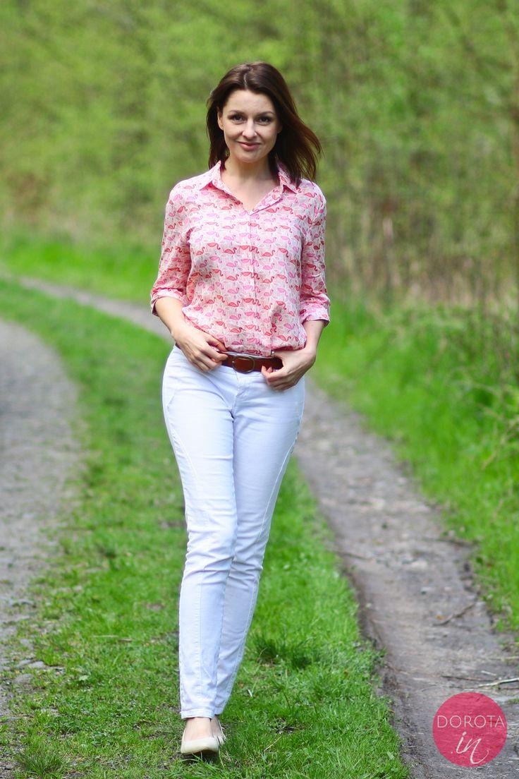 Różowa koszula we flamingi i białe spodnie dżinsowe - stylizacja na luzie, jasne kolory.  http://dorota.in/rozowa-koszula-biale-dzinsy-niekoniecznie-mi-sie-podoba/  #moda #fashion #style #outfit