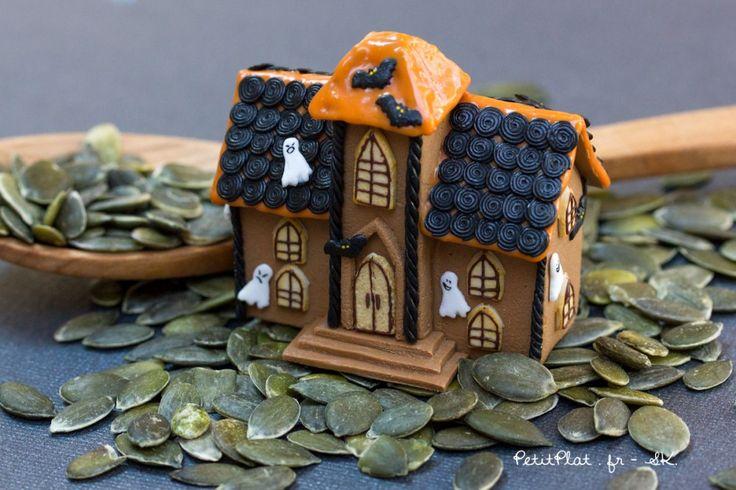 Une maison en pain d'épices miniature. Cette maison hantée célèbrent Halloween et tout ce qui est effrayant et monstrueux.