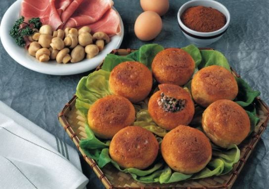 I panini farciti con pollo, prosciutto e funghetti si preparano tritando la carne con gli altri ingredienti e mescolandoli accuratamente in modo da o...