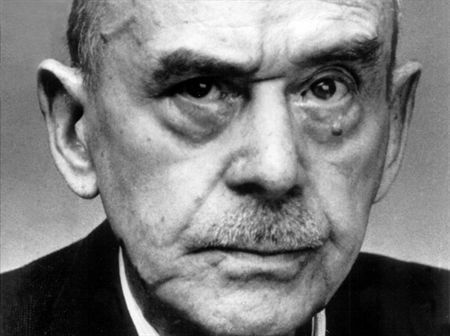 """Thomas Mann: """"El hombre no vive únicamente su vida personal como individuo, sino que también, consciente o inconscientemente, participa de la de su época y de la de sus contemporáneos. """""""