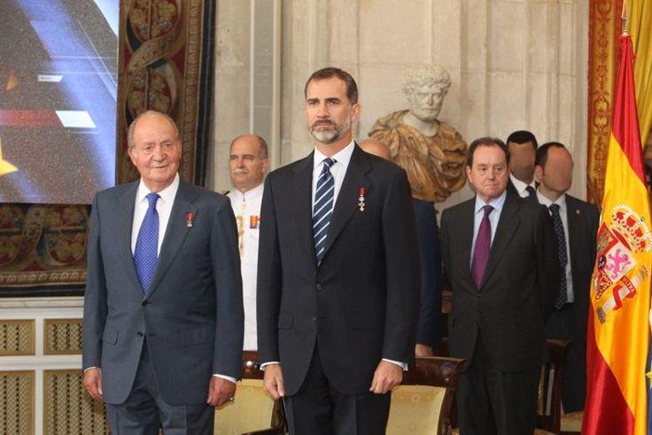 Su Majestad el Rey Don Felipe y Su Majestad el Rey Don Juan Carlos durante la interpretación del himno nacional y del himno de Europa Palacio Real de Madrid, 24.06.2015