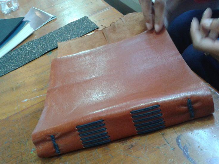 Costura em couro. Aula de Encadernação Sesc SP Costura