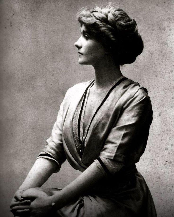 """Portrait of a young Gabrielle """"Coco"""" Chanel in 1910 Besuche unseren Shop, wenn es nicht unbedingt Chanel sein muss…. ;-)"""