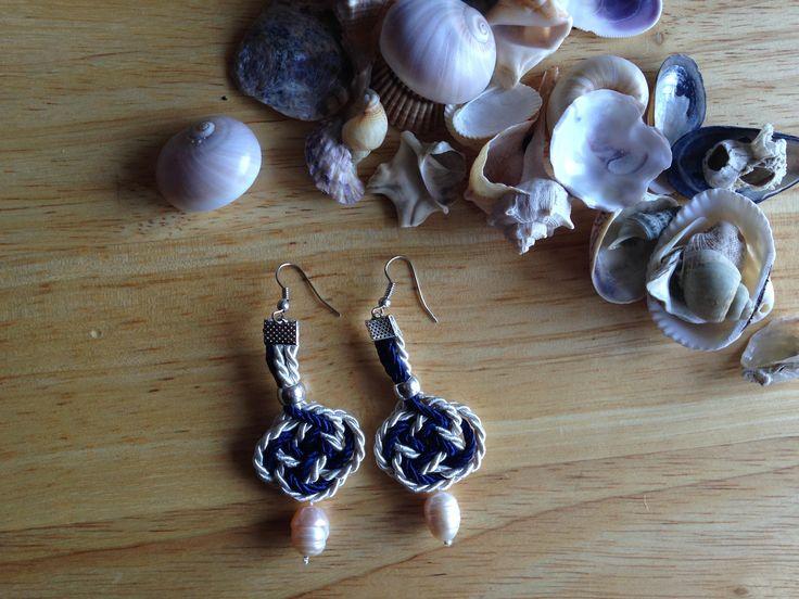 Sono felice di condividere l'ultimo arrivato nel mio negozio #etsy: Orecchini al macramè con perle di fiume // fatti a mano // regalo elegante per lei // blu notte http://etsy.me/2ngm37i #gioielli #orecchini #blu #monachellaaperta #cotone #macrame #donne #perla #bianco