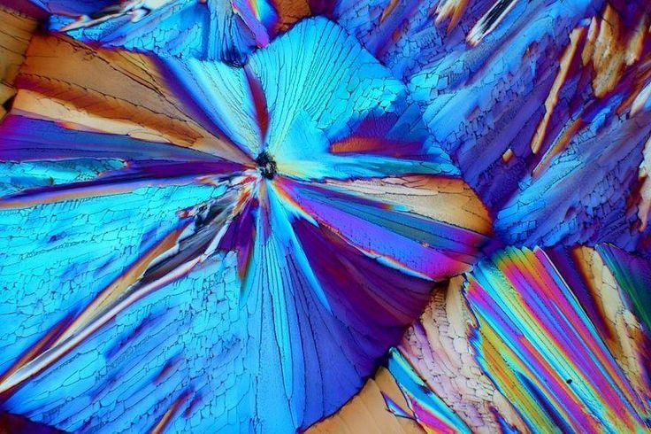 Wer hätte gedacht, dass Alkohol so schön sein kann? Zumindest unter dem Mikroskop. In sämtlichen Farben des Regenbogens leuchten die Zuckerkristalle in harten Spirituosen. Ein visueller Genuss ganz ohne Hangover sind die Mikroaufnahmen von Bernardo Cesare – sie zeigen die ganze innere Pracht desAperols.