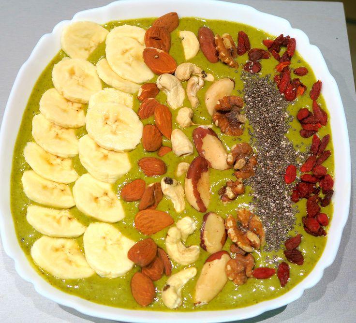 Smoothie talíř s banánem, ořechy, chia a goji/ Spinach smoothie plate with banana, nuts, chia and goji