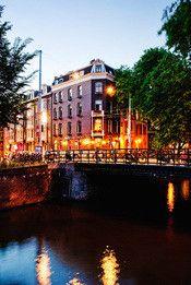 BackStage Hotel Amsterdam  Description: Muziek en Theater! Deze ingrediënten zult u terug vinden in het BackStage Hotel Amsterdam. Een 2008 design concept op een geweldige locatie in het centrum van Amsterdam. U voelt zich een ster als u uw eigen muziek afspeelt op de i-Pod docking station terwijl u op een drum krukje zit en de spotlight op u gericht is. Op steenworp afstand van het hotel vindt u alle bekende podia zoals de Melkweg en Paradiso. Voor restaurants cafés en museums hoeft u ook…