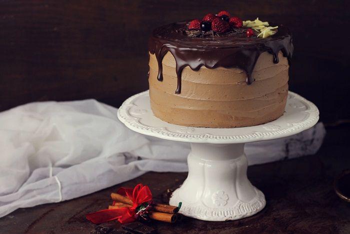 Tort cu ciocolata si portocala, un tort cu blat umed, crema delicioasa de ciocolata si o aroma subtila de portocala. Un deliciu pentru orice ocazie.