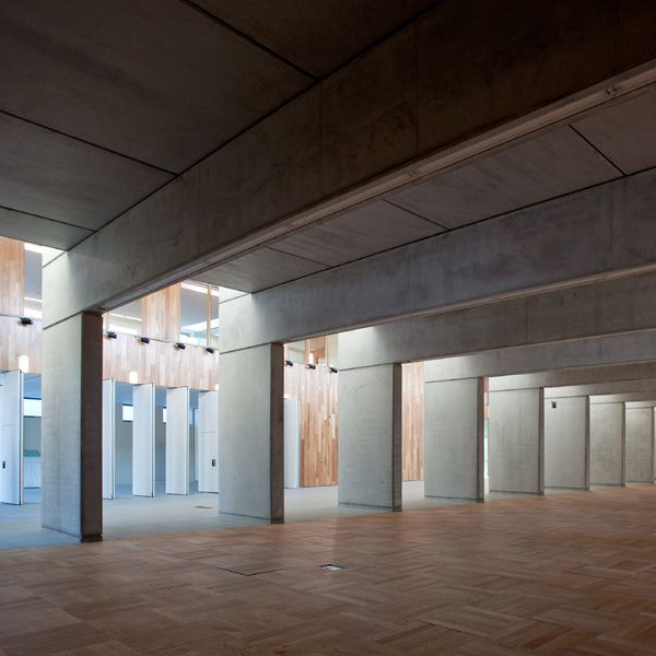On the other side of the internal street a large reading room is accessed through a series of concrete fins and a change in the ceiling heights denotes a quieter area.