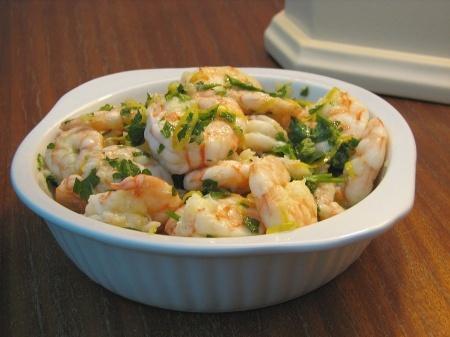 Recette crevettes marinées à l'orange par Natalia  : Une recette simple et délicieuse pour un buffet, des amuse-bouches, ou encore comme entrée..Ingrédients : olive, persil, poivre, ail, citron