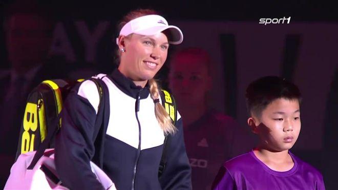 Die formstarke Dänin Caroline Wozniacki ist mit ihrem zweiten Sieg im zweiten Match ins Halbfinale des WTA-Finals in Singapur eingezogen.Die an Position sechs gesetzte Wozniacki (27) deklassierte die Weltranglistenerste Simona Halep (Rumänien) beim 6:0, 6:2 in der Roten Gruppe regelrecht.Da im Anschluss die Französin Caroline Garcia (Nr. 8) 6:7 (7:9), 6:3, 7:5 gegen die Ukrainerin Jelina Switolina (Nr. 4) gewann, ist Wozniacki nicht mehr von einem der ersten beiden Plätze in der Roten…