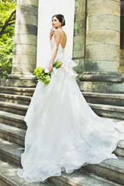 トレンドのペプラムがバックスタイルに付いている一着。レースが散りばめられたトレーンが可愛らしさを引き出します。ボレロを組み合わせてオリジナルの着こなしをみつけてみて。http://dress.novarese.jp/weddingdress/epnv31.html