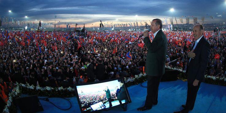 Στο φως 300.000 e-mails του Ερντογάν και του τουρκικού AKP από τα Wikileaks