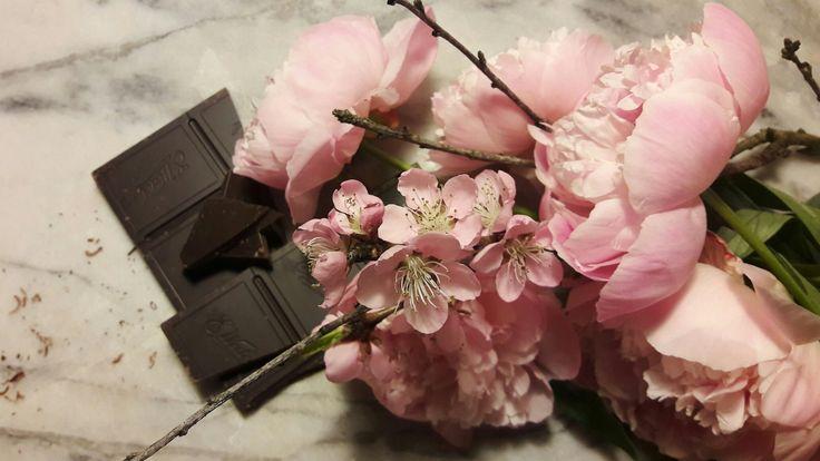 🍫🍫Dzień Czekolady🍫🍫🍫  12 kwietnia - Światowy Dzień Czekolady  Czy kwiaty i czekolada to nie para idealna? Zobaczcie sami! Więcej na:  www.kwiat-kowice.pl/dzien-czekolady   #dzienczekolady 🍫 #czekolada 🍫 i #kwiaty #piwonie #zapach #smak #kwiaciarniakwiatkowice #zielonagora #zgora #zg