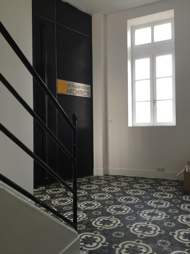 une entr e chic l gante pour un cabinet d architecture r alis e avec les carreaux de ciment. Black Bedroom Furniture Sets. Home Design Ideas