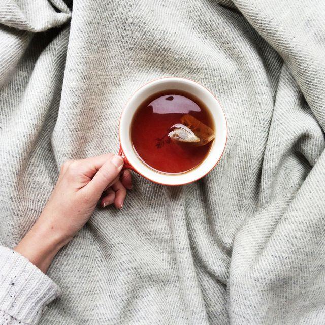 фото с чашкой чая в руках помогут спрятать