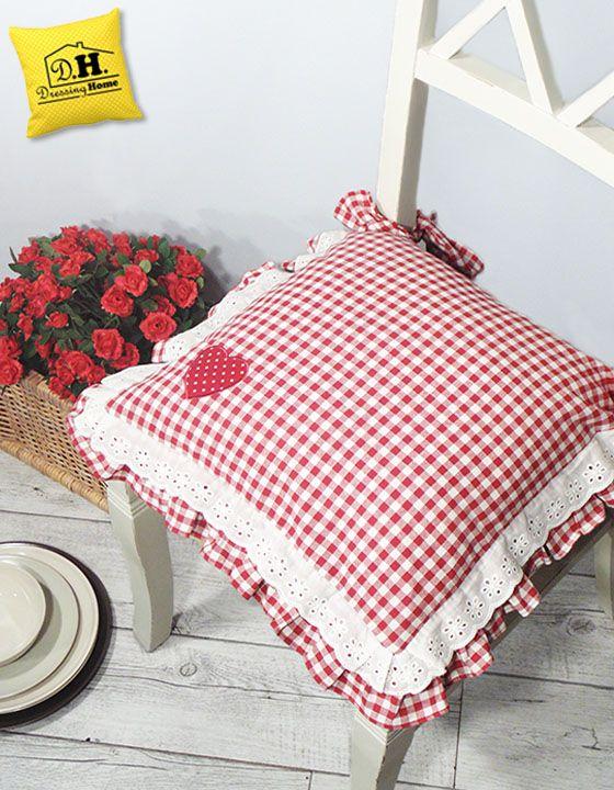 Il cuscino per sedia Country Chic con un romantico cuore ed un quadretto sulle tonalità del rosso e del bianco.